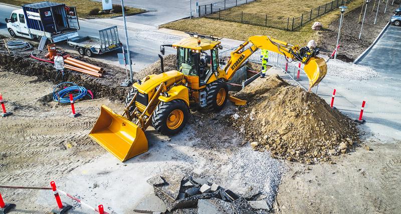 Hydrema bejler til byggepladserne med grave-læssemaskinerne, hvor én maskine snildt klarer det samme som en gravemaskineog en læssemaskine